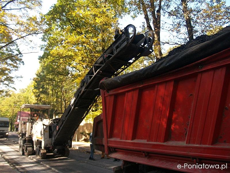Zrywanie nowego asfaltu na ul. 11 listopada