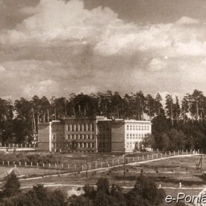 Archiwalna fotografia Liceum Ogólnokształcącego w Poniatowej