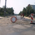 Wylewanie nawierzchni asfaltowej na ulicy Szkolnej w Poniatowej