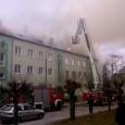 W dniu dzisiejszym w godzinach popołudniowych wybuchł pożar na poddaszu bloku nr 6 przy ul. Żeromskiego w Poniatowej. Na szczęście ogień nie zajął mieszkań lokatorów, ale spaleniu uległo 3/4 dachu […]